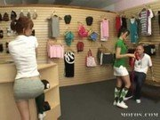 มาซื้อกระเป๋าให้เมียหรือมาเย็ดเนี่ยอมควยกระเดากันอยู่ในร้าน