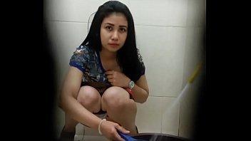 หลุดแอบถ่ายสาวไทยหุ่นดีหน้าสวยแก้ผ้านั่งฉี่ในห้องน้ำภาพอย่างชัดเห็นหีเต็มๆตาอย่างเด็ด