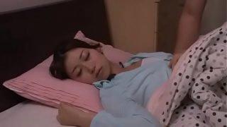 japan av วัยรุ่นสาวสวยหุ่นดีหน้าเอามากๆโดนพี่ชายบ้ากามเงี่ยนจัดแอบมาลักหลับกลางดึก