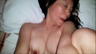 japan av แม่บ้านสาวรุ่นใหญ่หุ่นอวบๆนมใหญ่ยานนอนแก้ผ้าให้หลานชายเย็ดหีแก้เงี่ยน