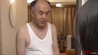 japan av แม่บ้านสาวสวยหุ่นผอมบางแต่นมใหญ่มากๆโดนพ่อผัวบ้ากามจับแก้ผ้าเย็ดหี