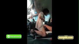 คลิปโป๊ วัยรุ่นสาวไทยหุ่นผอมๆเงี่ยนจัดแก้ผ้าขย่มควยให้แฟนหนุ่มที่หน้ารถอย่างมัน