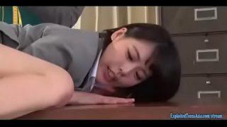 japanese วัยรุ่นสาวหน้าสวยหุ่นดีโครตๆโดนนายจ้างหื่นจับเย็ดหีคาชุดในห้องทำงาน