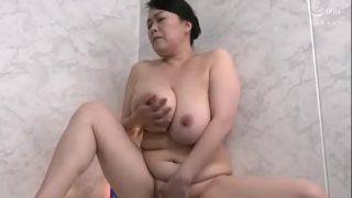 japanxxxสาวญี่ปุ่นรุ่นแม่หุ่นอวบอ้วนแก้ผ้าอาบน้ำอยู่ดีๆก็โดนหลานชายแอบเข้ามาจับเย็ดหีแบบงงๆ