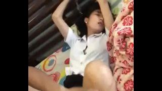 คลิปเด็ดนักศึกษาสาวไทยตัวเล็กๆน่ารักโครตๆโดนแฟนหนุ่มรุ่นน้องโครตเงี่ยนจับเย็ดหีคาชุดเน้นๆ