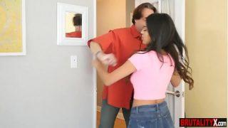 xvideoวแม่บ้านสาวละตินหุ่นเอ็กบอกเลยว่าน่าเอาสุดๆโดนพ่อตาตัวแสบแอบลากไปจัดหนักในห้องนอน