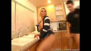 xxxดูฟรีแม่บ้านสาวผมทองหุ่นอวบอ้วนนมโตๆโครตดีโดนหลานชายตัวแสบแอบตามไปจัดหนักในห้องครัว