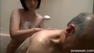 วัยรุ่นสาวญี่ปุ่นวัยใสๆงานดีโดนตาแก่หัวหงอกบ้ากามจับแก้ผ้าเย็ดหีในห้องน้ำ